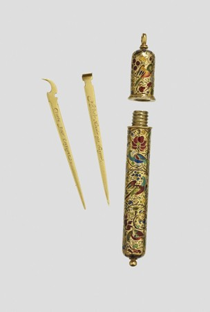 1898 cylindrical gold case with gold toothpick & earpick, French (British Museum)